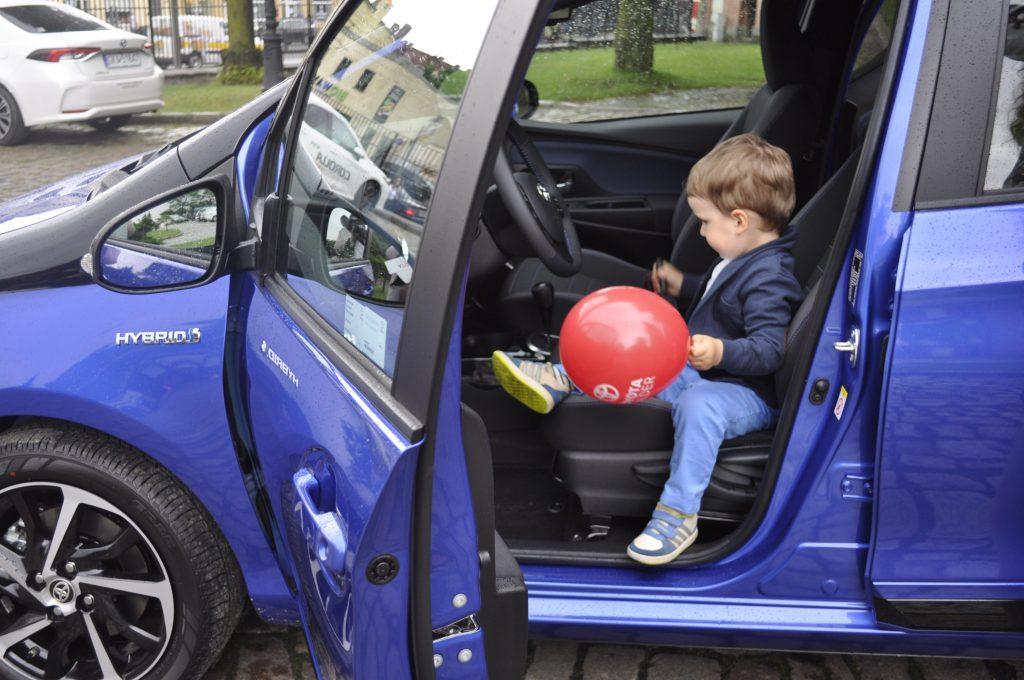 Toyota w Gdańsku - nowi właściciele juz cieszą się z hybrydowego Yarisa